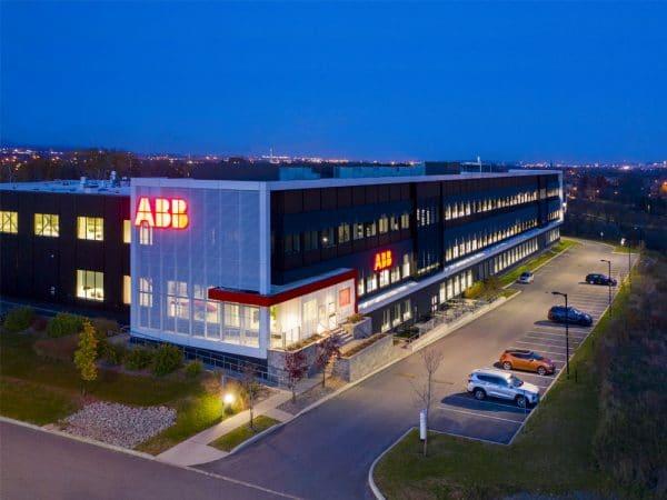 Bâtisse ABB sous ciel de soirée avec luminaires extérieurs