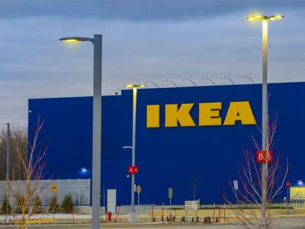 Bâtisse IKEA sous ciel sombre en soirée avec luminaires extérieurs