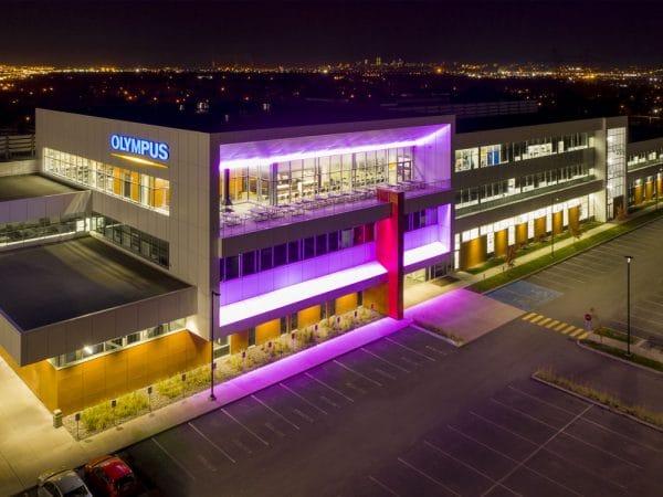 Bâtisse Olympus de nuit avec luminaires extérieurs